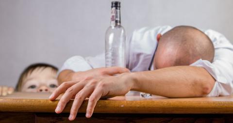 dlaczego mężczyzna pije